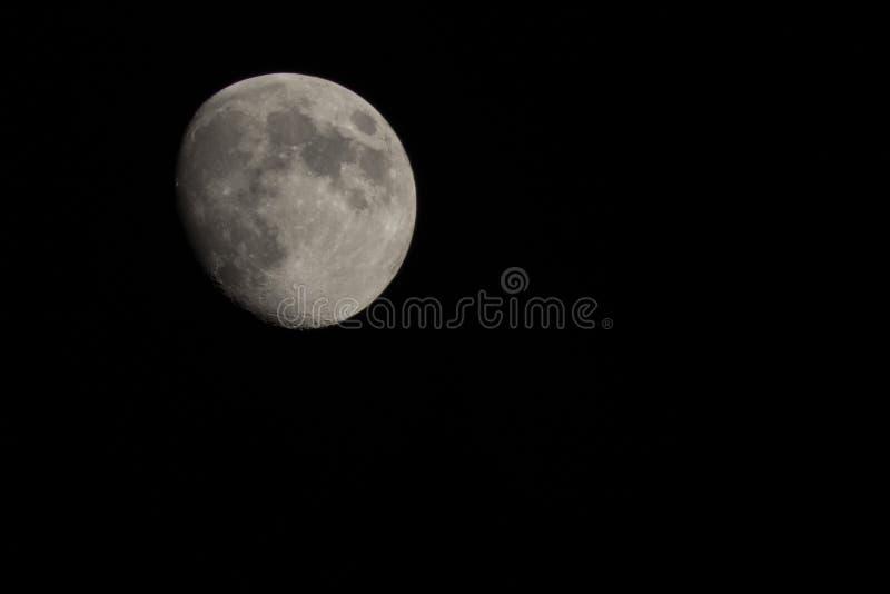 De maan… in een bewolkte nacht royalty-vrije stock foto's