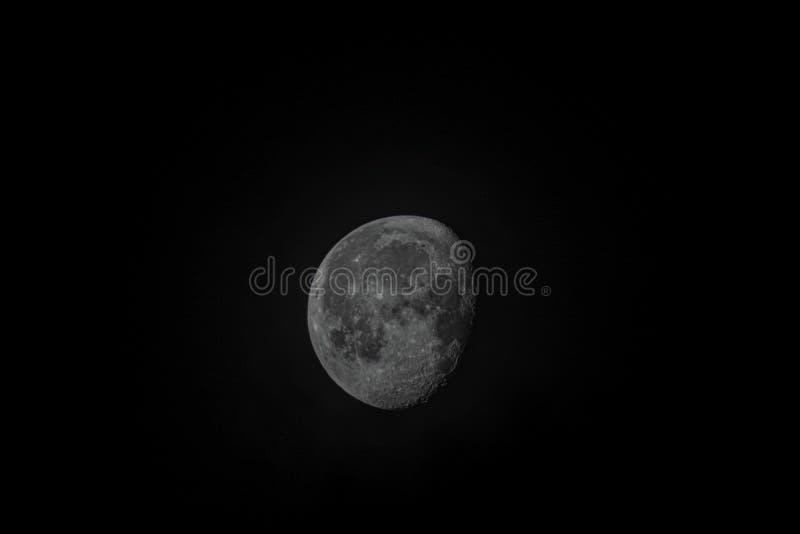 De maan bij het In de was zetten gibbous fase Nadruk op maan ruwe oppervlakte van kraters en geologische eigenschappen royalty-vrije stock afbeeldingen