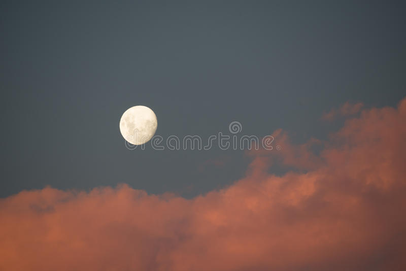 De maan bij zonsopgang stock foto's