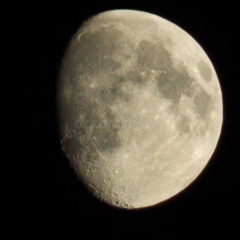 De maan is close-up op een zwarte nachthemel Er zijn kraters royalty-vrije stock foto's