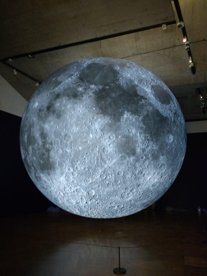 De maan? in een bewolkte nacht stock foto