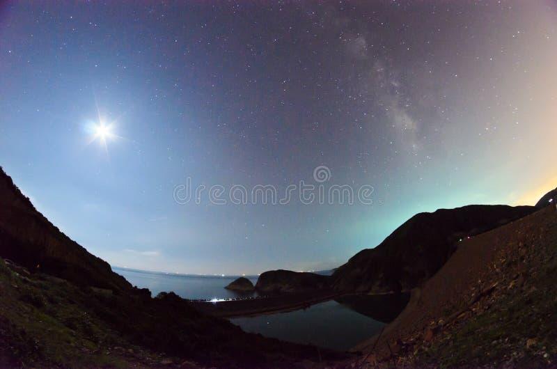 De maan en de Milkway-Melkweg stock fotografie
