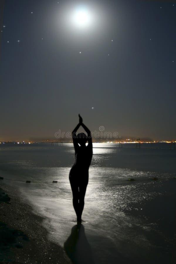 De maan en de vrouw. stock fotografie