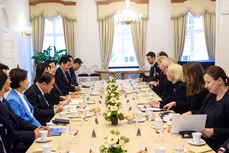De maan hee-zong en Inara Murniece met delegaties, tijdens vergadering stock fotografie