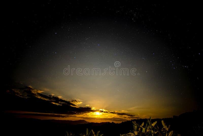 De maan neemt in de hemel met sterren toe stock foto's