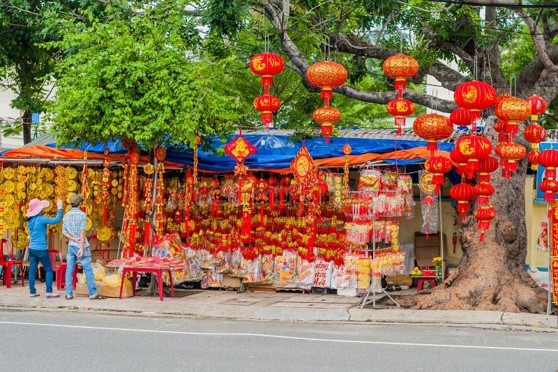 De maan nieuwe voorwerpen van de jaar gelukkige decoratie de woorden betekenen beste wensen en goed geluk voor het komende Vietna stock afbeelding