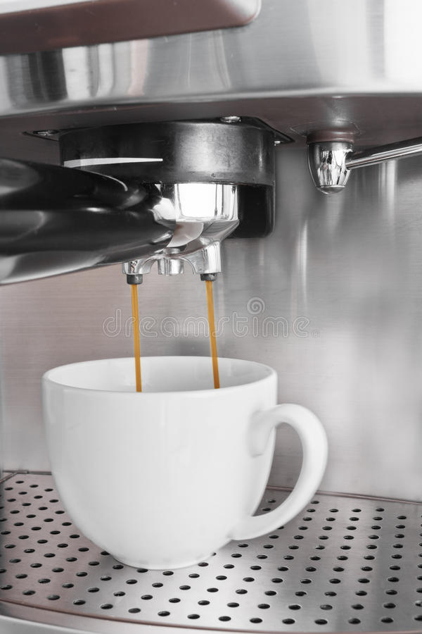 De machine die van de espresso een koffie brouwt stock foto's