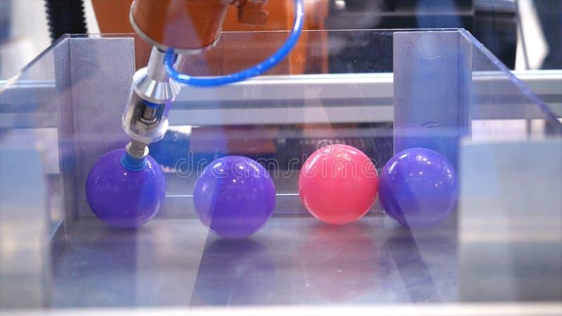 De machine die van de robothand bal opnemen media Gebruiks slimme robot in verwerkende industrie Het concept van de robottechniek stock afbeelding