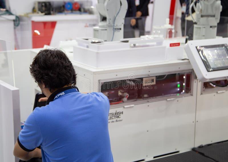 De machine van de de automatiseringsrobot van de technicusreparatie stock foto's