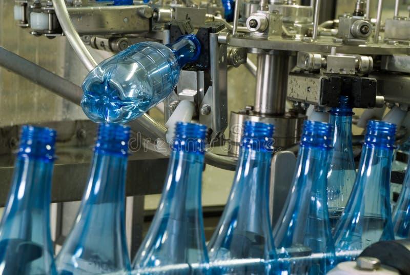 De machine van de de flessenproductie van het water stock afbeeldingen