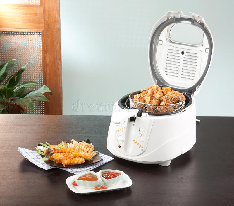 De machine van de frituurpan met kip stock foto