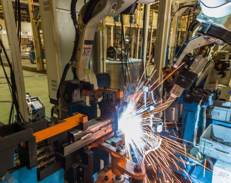 De machine van het robotslassen in een autofabriek royalty-vrije stock fotografie