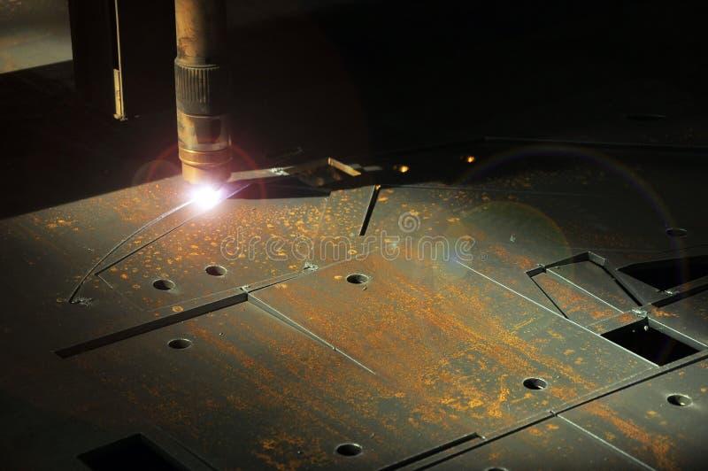 De machine van de laser scherpe toorts in een het bladmetaal van bedrijfbesnoeiingen royalty-vrije stock fotografie