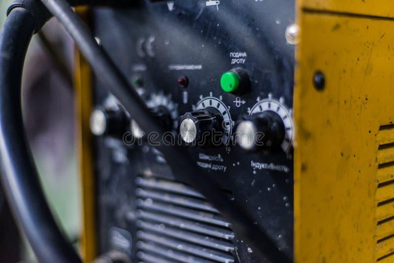 De machine van lassenmig in gele kleur stock afbeeldingen