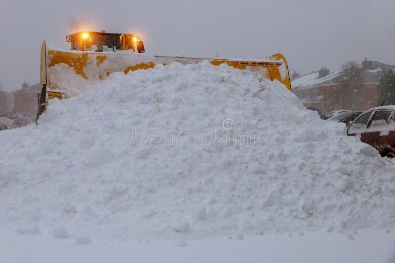 De machinetractor die van de wiellader sneeuw verwijderen Het ontruimen van de weg van ijs en sneeuw royalty-vrije stock foto's