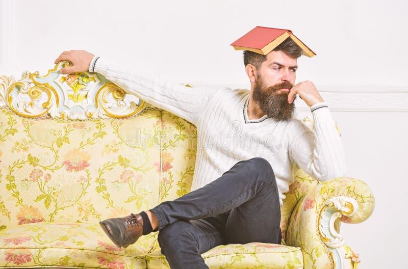 De macho zit met open boek op hoofd, zoals dak Boring literatuurconcept Bored kerel, omhoog gevoed van het lezen van oud boring b stock afbeeldingen