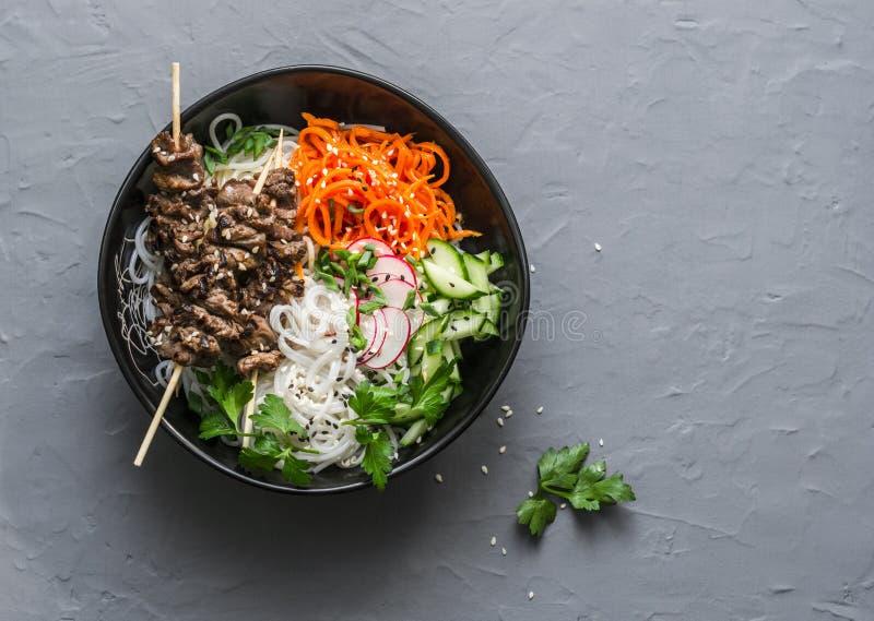 De macht evenwichtige kom van Boedha De Aziatische vleespennen van het stijlrundvlees, rijstvermicelli, de wortelen van de groent royalty-vrije stock foto