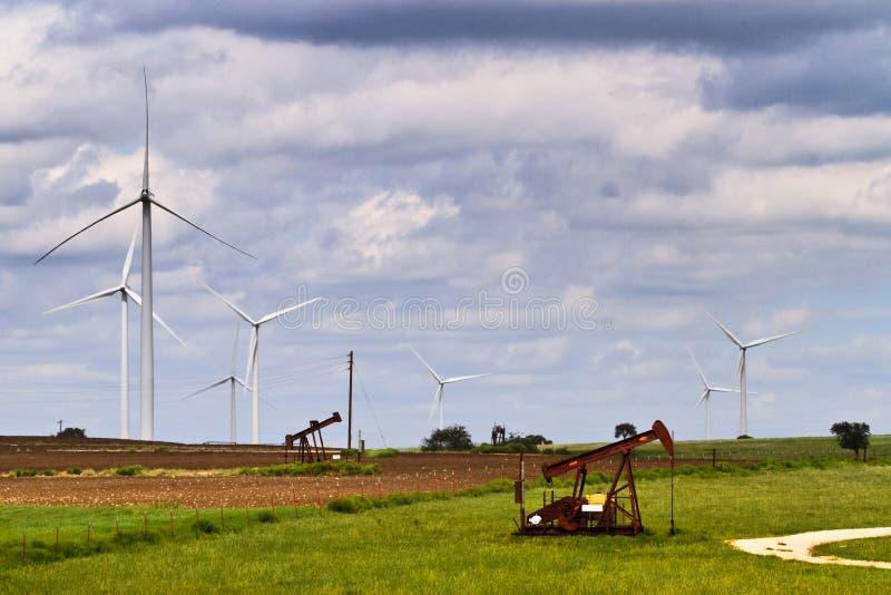 De macht van de wind en van de olie royalty-vrije stock afbeelding