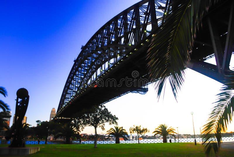 De machtige brug die van staalsydney harbor de oceaan kruisen stock afbeeldingen