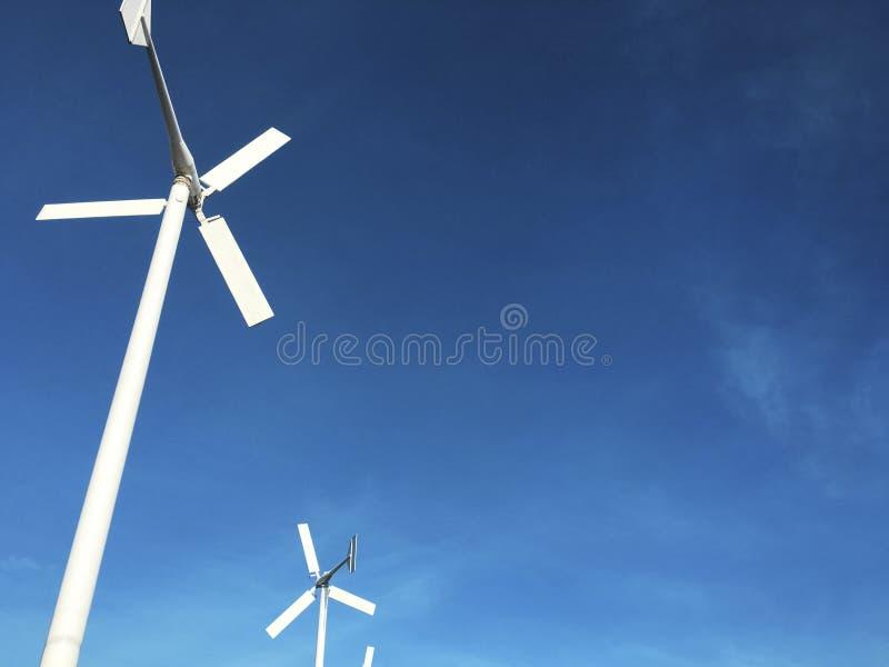 De machtsgenerator van de windturbine met blauw hemelconcept royalty-vrije stock fotografie