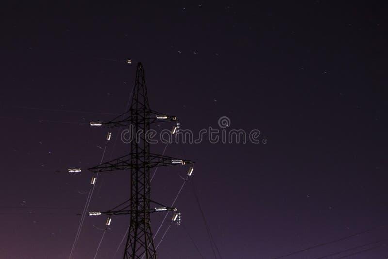 De machtslijnen in backlight van de maan in de nacht spelen hemel mee royalty-vrije stock fotografie
