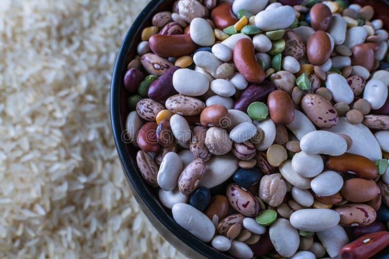 De macro ruwe bonen van de verscheidenheidssoep en witte rijst stock foto