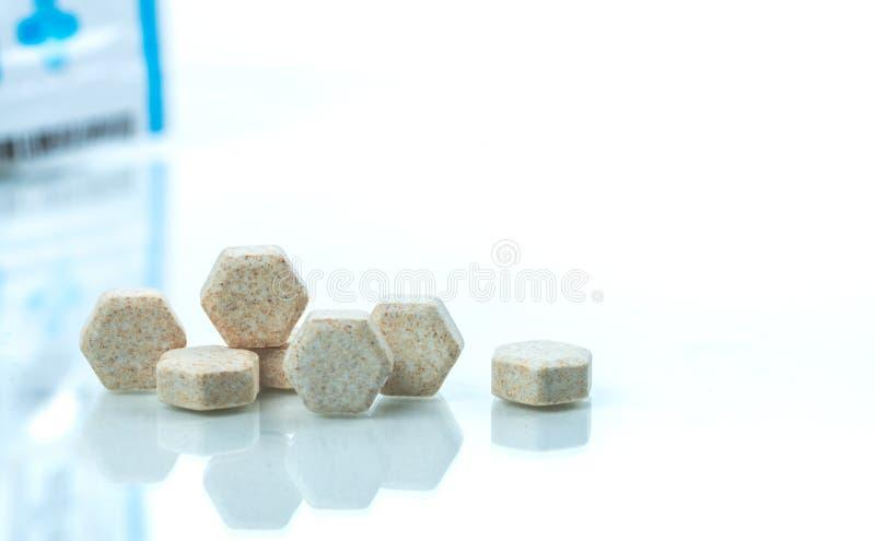De macro schoot detail van bruine hexagon medische ruiten met Braziliaans groen propolis uittreksel voor hulphoest, keelpijn stock afbeeldingen