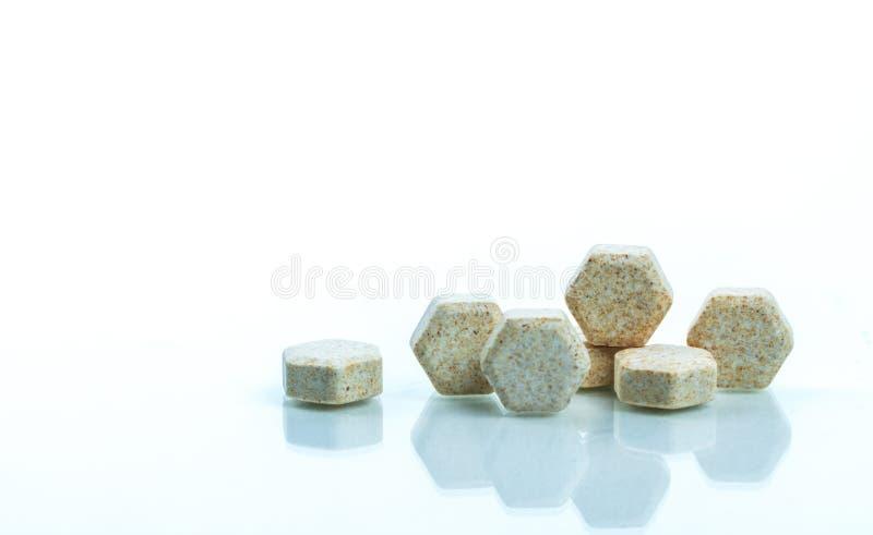 De macro schoot detail van bruine hexagon medische ruiten met Braziliaans groen propolis uittreksel voor hulphoest, keelpijn royalty-vrije stock afbeeldingen