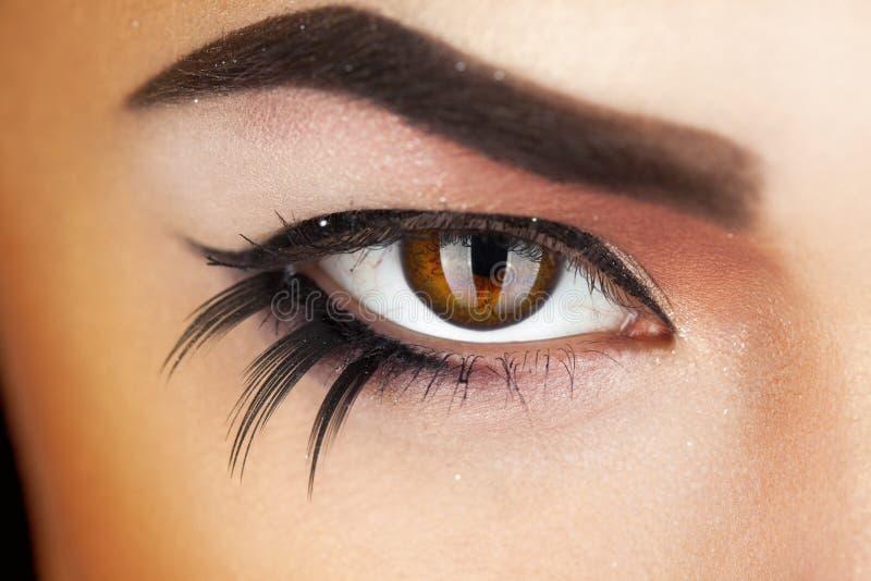 De macrofoto van vrouwelijk oog met maakt omhoog royalty-vrije stock fotografie