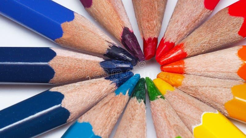 De macrofotografie van gekleurde het trekken potlooduiteinden maakt regenboogcirkel royalty-vrije stock afbeelding