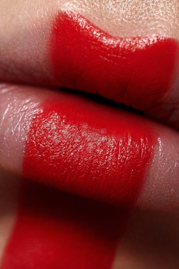 De macrolippen van de schoonheidsvrouw ` s met rode Verf stock fotografie