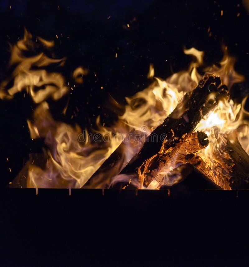De madeira ardente entra o fogo na noite fotografia de stock