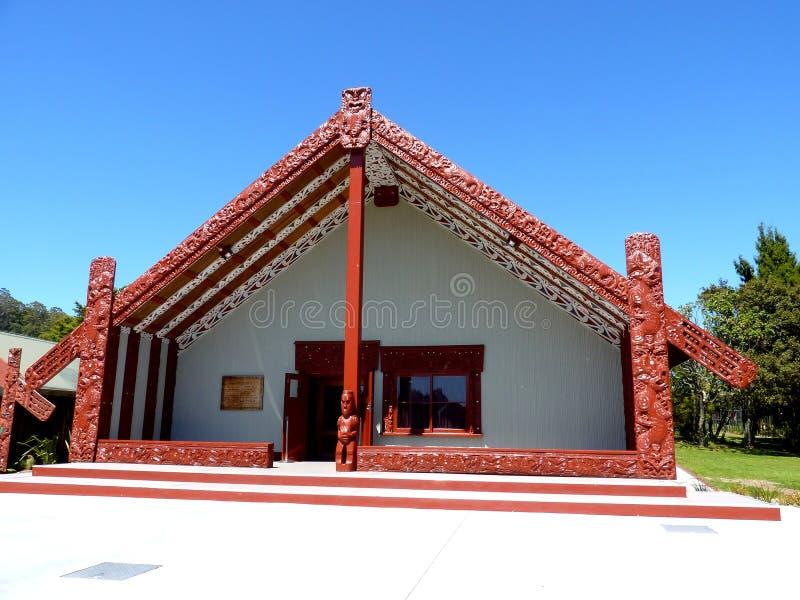 De madeira maori tradicional da casa do alimento cinzelado com decoração Nova Zelândia fotos de stock royalty free