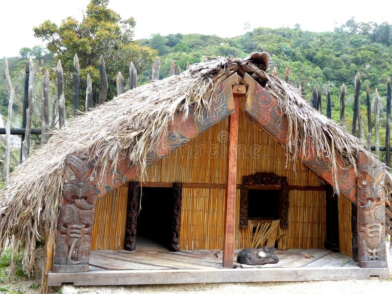 De madeira maori tradicional da casa do alimento cinzelado com decoração Nova Zelândia imagens de stock