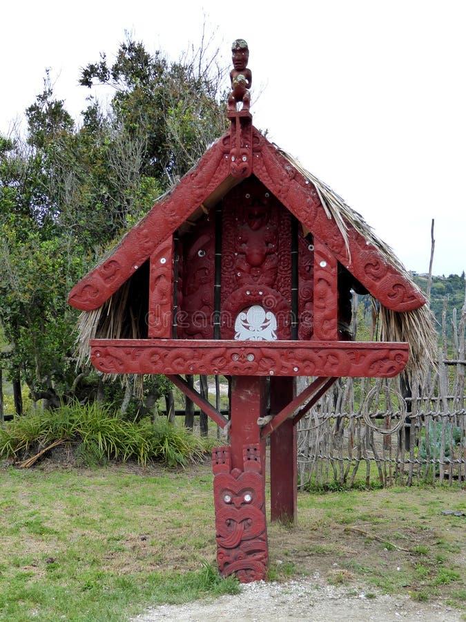 De madeira maori tradicional da casa do alimento cinzelado com decoração Nova Zelândia imagens de stock royalty free