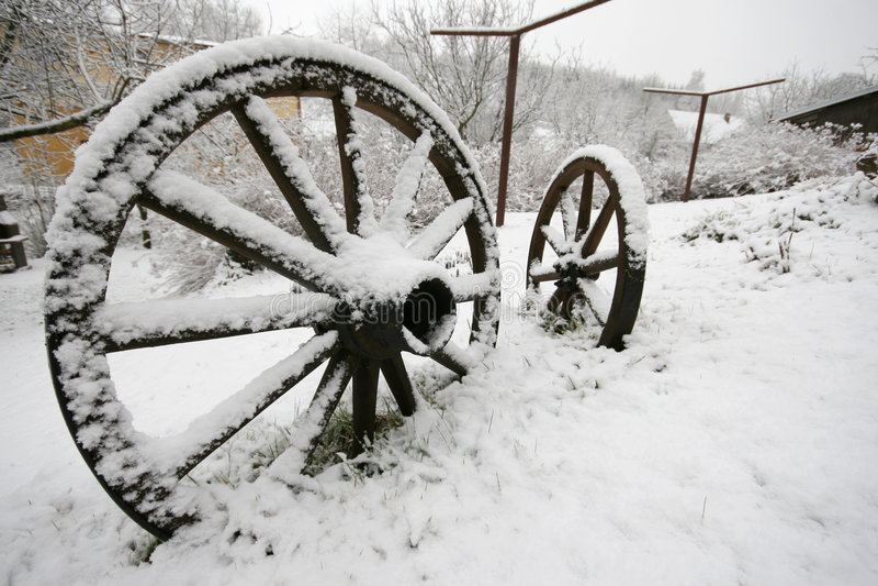 De madeira rode dentro o inverno imagem de stock