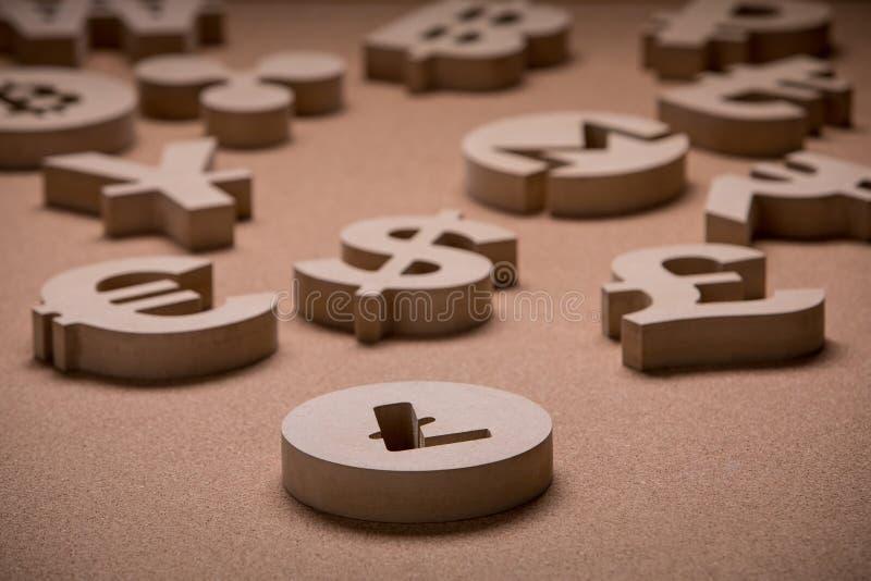 De madera canta o los símbolos de las monedas del mundo en imagen del grupo imagenes de archivo