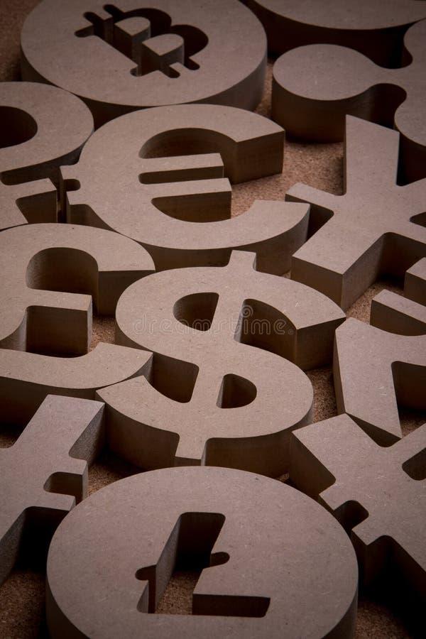De madera canta o los símbolos de las monedas del mundo en imagen del grupo imágenes de archivo libres de regalías