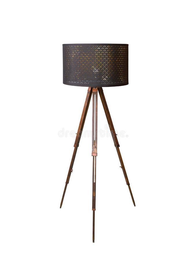 de madera con el trípode negro de la lámpara de pie de la sombra aislado en el fondo blanco imagen de archivo