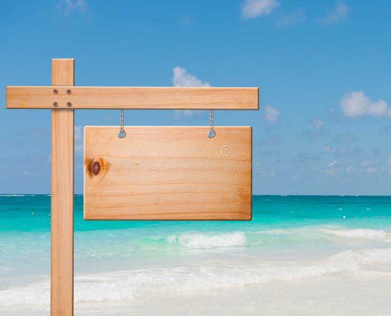 De madera firme adentro la playa tropical fotos de archivo libres de regalías
