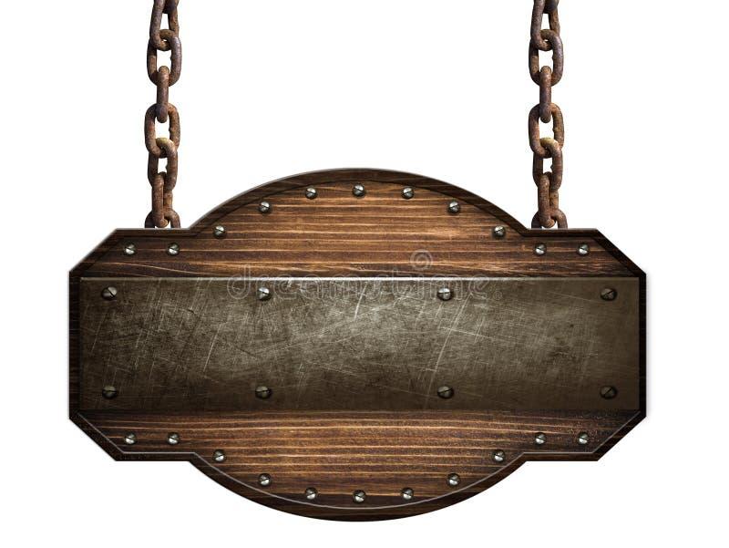 De madera firme adentro una madera oscura con la correa del hierro y los pernos que cuelgan en cadena en el fondo blanco foto de archivo libre de regalías
