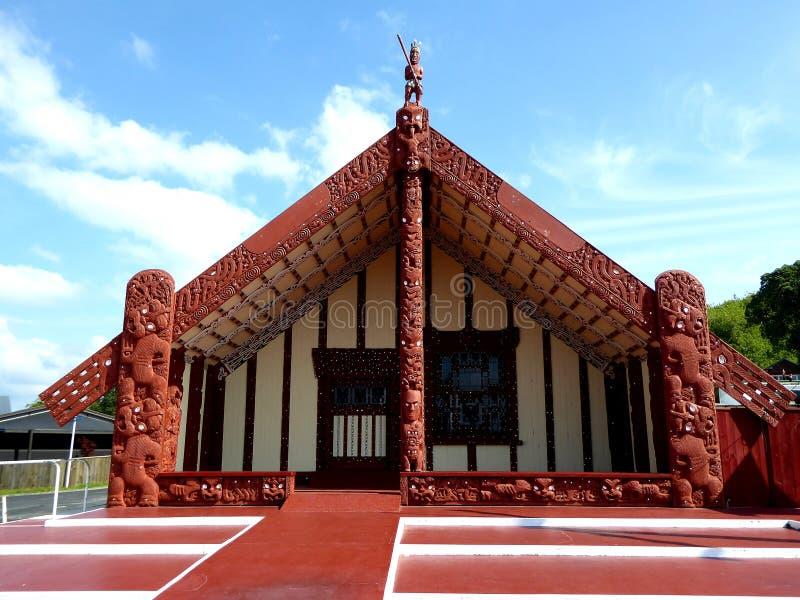 De madera maorí tradicional de la casa de la comida tallada con la decoración Nueva Zelanda imagen de archivo