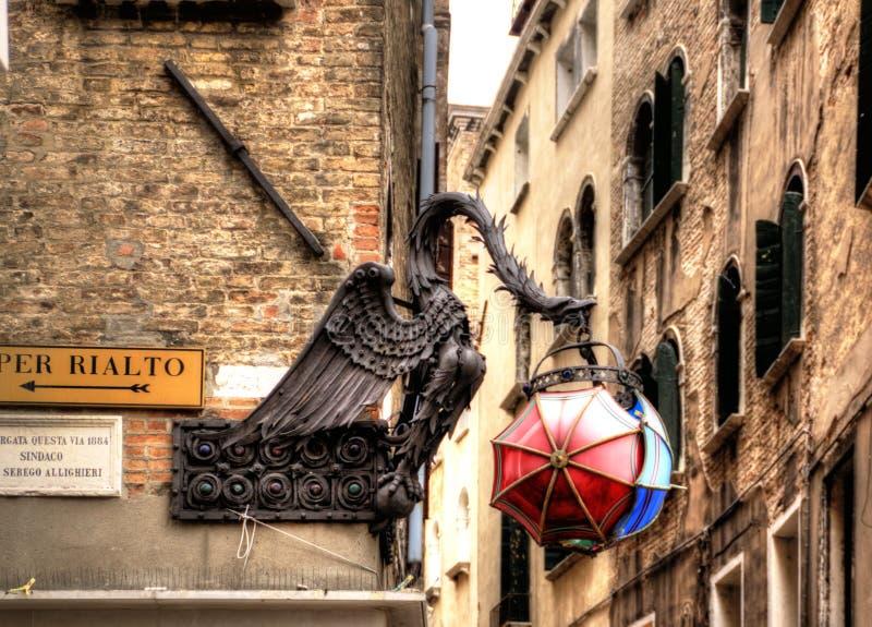 De Maforio-Draaklantaarn met paraplu's in Venetië royalty-vrije stock foto's