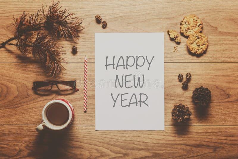 De magische achtergrond van het Nieuwjaarthema, denneappels, koffie, koekjes royalty-vrije stock afbeeldingen