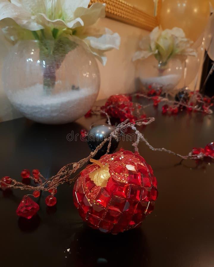 de magische Kerstmis kostbare appel is op de lijst stock afbeeldingen