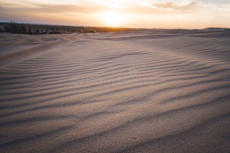 De magische oranje en roze dageraad van de kleuren toneelzonsopgang over woestijn r Niemand op foto, royalty-vrije stock afbeeldingen