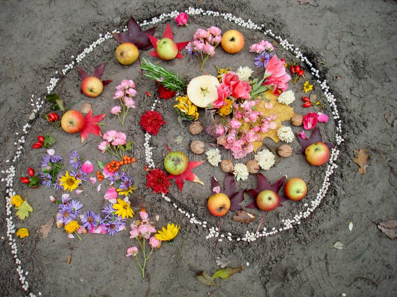 De magische spiraalvormige werken naast een meer, wiccaaltaar Heidense godsdienst stock afbeeldingen