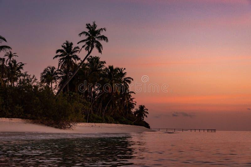 De Magische Zonsondergang in het Eiland van de Maldiven royalty-vrije stock foto's