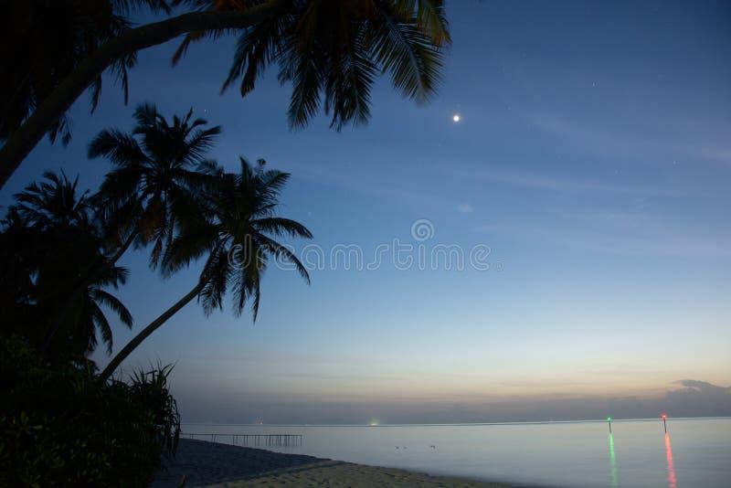 De Magische Zonsondergang in het Eiland van de Maldiven stock afbeeldingen