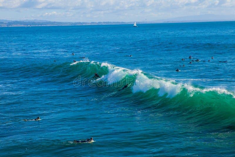 De magiska enorma vågorna i fjärden av Santa Cruz att göra detta en bränning arkivbild